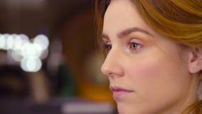 Makeup artysta stosuje eyeshadow zdjęcie wideo