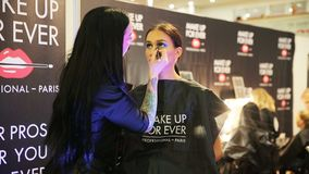 Makeup artysta stosuje makijaż młoda kobieta zbiory