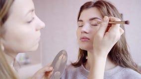 Makeup artysta stosuje oka corrector zdjęcie wideo