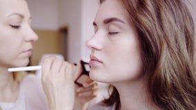 Makeup artysta stosuje oko cień zdjęcie wideo