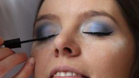 Makeup artysta stosuje podbite oko liniowa wzorcowy oko Pełny HD zbiory wideo