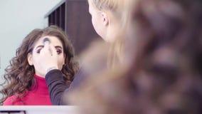 Makeup artysta stosuje proszek na twarzy zbiory
