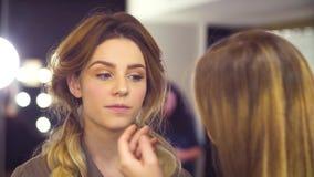 Makeup artysta stosuje tusz do rzęs zbiory