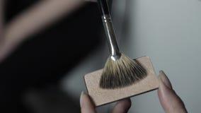 Makeup artysta zyskuje highlighter na muśnięciu zdjęcie wideo