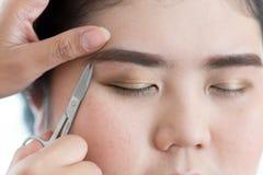 Makeup artysty brwi nożyc używać makeup Zdjęcie Royalty Free