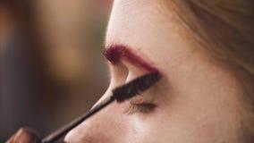 Makeup artysty kolorystyki czerwona brew model zbiory wideo