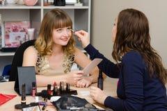 Makeup artysty oko zabarwia biurowego pracownika Fotografia Royalty Free