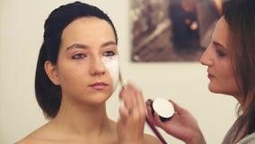 Makeup artysty początek rysować na wzorcowej ` s twarzy zbiory wideo