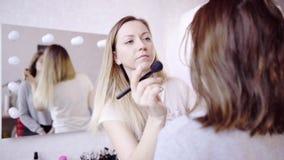 Makeup artysty proszków ` s wzorcowa twarz zdjęcie wideo