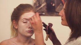 Makeup artysty rysunek na wzorcowej ` s twarzy zbiory wideo