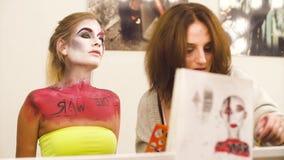 Makeup artysty rysunek na wzorcowej ` s twarzy zdjęcie wideo