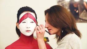 Makeup artysty rysunku kontur na wzorcowej ` s twarzy zbiory wideo