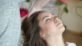Makeup artysty stylisty pracy z modelem fryzjer robi włosianemu tytułowaniu model zbiory wideo