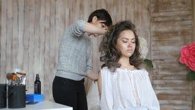 Makeup artysty stylisty pracy z modelem fryzjer robi włosianemu tytułowaniu model fryzjera stylista załatwia zbiory
