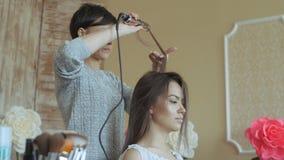 Makeup artysty stylisty pracy z modelem fryzjer robi włosianemu tytułowaniu model kobieta pracuje styler z zbiory wideo