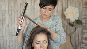 Makeup artysty stylisty pracy z modelem fryzjer robi włosianemu tytułowaniu model kobieta pracuje styler z zbiory