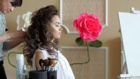 Makeup artysty stylisty pracy z modelem fryzjer robi włosianemu tytułowaniu model Rozpylać naprawianie fluid od zdjęcie wideo