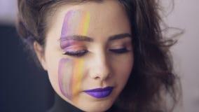 Makeup artysty uses szczotkują stosować pomadkę wzorcowe ` s wargi Modeluje z fałszywymi batami i stawia czoło sztuka obraz przyg zbiory wideo
