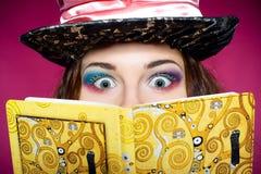 Makeup av den unga kvinnan i similituden av hattmakaren Royaltyfria Bilder