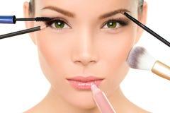 Makeup borstar begreppet - kvinnaskönhetframsida Arkivbilder