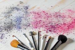 Makeup borstar, och ögonskugga färgar skönhetstilleben för bästa sikt Royaltyfria Bilder