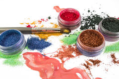 makeup Collage över vit bakgrund _ Färgrikt blänka lipgloss rouge, ögonskuggor, på en vit bakgrund arkivbild