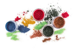 makeup Collage över vit bakgrund _ Färgrikt blänka lipgloss rouge, ögonskuggor, på en vit bakgrund arkivfoton