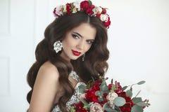 makeup den härliga gulliga frisyren låser model ståendeprofilbröllop Härlig brudbrunettkvinna med b Arkivfoton