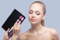 Makeup för öga för danande för makeupkonstnär för härlig blond kvinna Ögonskugga Royaltyfria Bilder