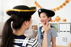 Makeup för flicka- och moderlekallhelgonaafton Royaltyfria Bilder