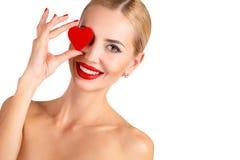 Makeup för härlig kvinna för C ljus och röd hjärta Royaltyfria Bilder