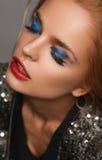 Makeup i piękna temat: piękna dziewczyna z czerwonymi wargami i niebieskimi oczami w studiu zdjęcia stock