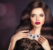 makeup juwelen hairstyle Donkerbruine vrouw met lang krullend haar Royalty-vrije Stock Afbeeldingen
