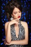 makeup klejnoty fryzury kobieta mody Piękny elegancki chłopaczyna obraz stock