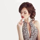 makeup klejnoty fryzury Mody kobieta odizolowywająca na białej stadninie fotografia stock
