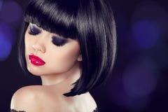 makeup Kort haitstyle för egennamn Sexig flickamodell med den nakna skuldran Royaltyfria Foton