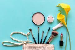 Makeup kosmetyków narzędzia i piękno kosmetyki z żółtym kwiatem prezent, produkty i twarzowa kosmetyka pakunku pomadka, dalej gee fotografia royalty free