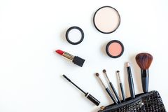 Makeup kosmetyk?w narz?dzi pi?kna i t?a kosmetyki produkty i twarzowi kosmetyki, pakuj? pomadk?, eyeshadow na bia?ym bac fotografia stock