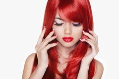 makeup Mooi meisje met rood lang haar De mannequin isoleert royalty-vrije stock afbeeldingen
