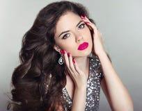 makeup Mooi Meisjesportret Lang haar Donkerbruine manier wom stock foto's