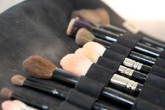 Makeup muśnięcia set na czarnej tkaniny torbie zdjęcia stock