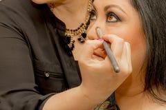 Makeup näsan i en yrkesmässig makeup royaltyfri bild