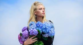 Makeup- och modestil Modetrendv?r M?tev?r med ny doftdoft Blommor erbjuder doft arkivbilder
