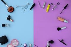 Makeup och skönhetsmedel sänker lägger med kopieringsutrymme Arkivfoto
