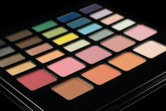 Makeup paleta kolorowi eyeshadows odizolowywający na czarnym backgrou Obrazy Royalty Free