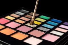 Makeup paleta kolorowi eyeshadows z makeup muśnięciem odizolowywającym Zdjęcie Stock