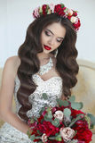 makeup pięknych ślicznych fryzury kędziorków wzorcowy portreta profilu ślub piękna panna młoda włosy długie falisty Ber Obrazy Stock