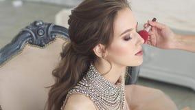 Makeup powabna młoda brunetka Piękna dziewczyna w wieczór sukni uzupełniał i fryzura zbiory wideo