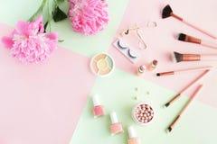 Makeup produkty, dekoracyjni kosmetyki na pastelowego koloru menchii mennicy t?a mieszkaniu nieatutowym fotografia stock
