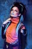 Makeup. Punkrockfrisyr. Stäng sig upp ståenden av Rock flickan med blått Arkivfoto